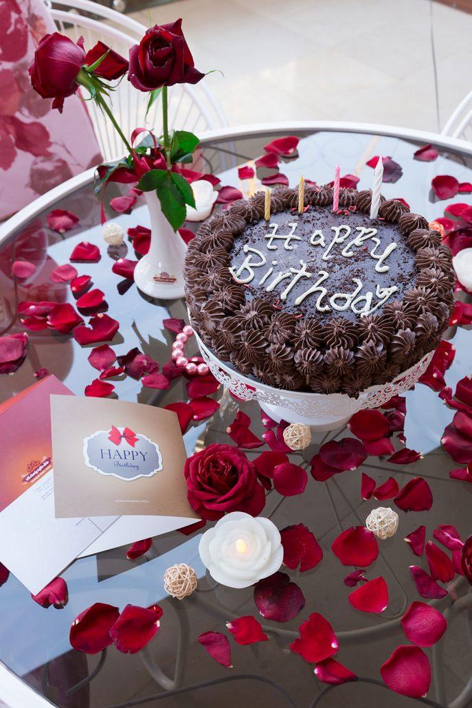 تزیین میز گرد کنار سالن برگزاری جشن تولد – هتل نگین مشهد